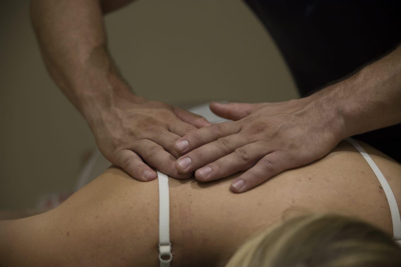 een fysio therapeutische behandeling bij fysiotherapie praktijk PUUR. Waar de therapeut de schouder masserd en mobiliseerd van de klant.